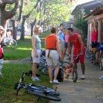 Reisegruppe mit Fahrrädern in Kuba