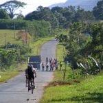 Gruppe Radfahrer fährt Straße auf Kuba entlang