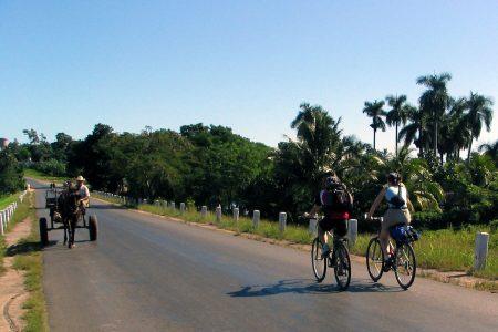 Zwei Touristen auf ihren Bikes in Westkuba