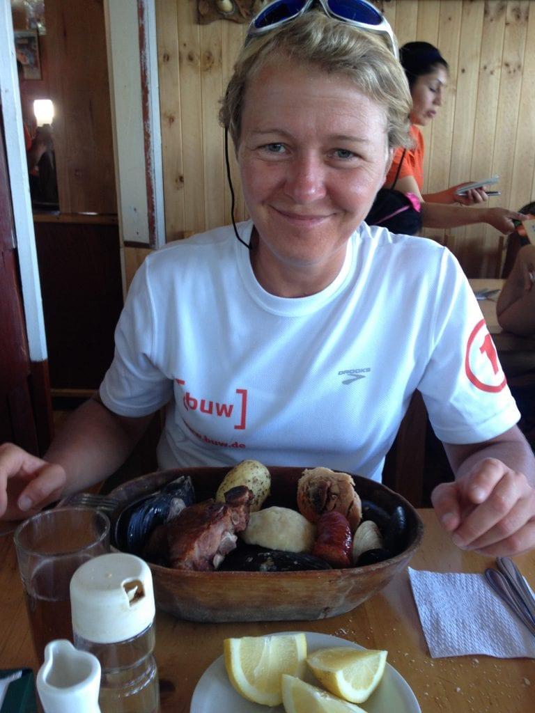 Ruth Niehaus beim Curanto-Essen in Chile.