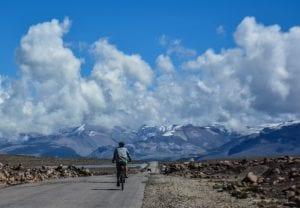 Mit dem E-Mountainbike auf der Strße von Arequipa nach Puno.