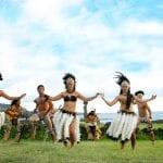 Eine Gruppe von Einheimischen bei traditionellen Tänzen auf der Osterinsel
