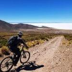 eBike Tour Bolivien: Biker fährt auf Salzwüste zu