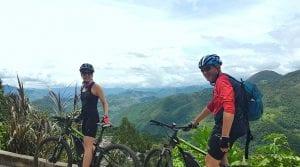 Aussichtspunkt auf der Strecke Villa de Leyva -Otanche mit grünen Bergen im Hintergrund