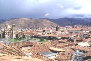 Cuzco aus der Vogelperpektive - über den Dächern der Stadt sieht man im Hintergrund die Plaza de Armas