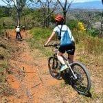 Biker sind auf schmalen, erdigen Pfaden in Costa Rica unterwegs
