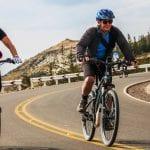 2 eBiker fahren Asphaltstraße bergab zum Titicacasee