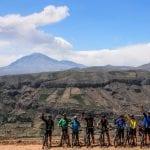 eBike Gruppe hält vor Tal bei Huanca in Peru