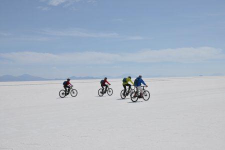 eBiker unterwegs in der Salar de Uyuni