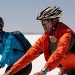 Zwei eBiker in der Sonne auf der weißen Salzwüste Uyuni Bolivien