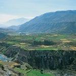 Blick auf den Colca Canyon mit Fluss in Peru
