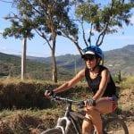 Camila Páramo Rozo färt auf einem Mountainbike durch Kolumbien.