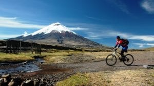 Mountainbiker fährt auf einem Trail vor dem Cotopaxi im Nationalpark Ecuador