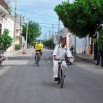 Kubanische Radfahrer unterwegs auf den Straßen von Cienfuegos