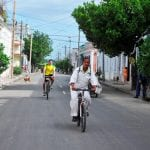 Kubanische Radfahrer auf den Straßen von Cienfuegos, Kuba