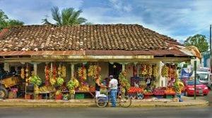 Radler hält am Obststand an der Straße in Costa Rica