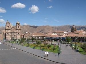 Blick auf Plaza de Armas von einer Anhöhe