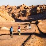 Zwei Radfahrer fahren in der Atacam-Wüste Chile