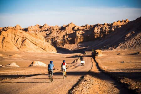 Zwei Radfahre auf dem Weg in das Monttal (Valle de la Luna) in der Atacama-Wüste, Nortchile