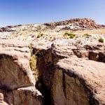 Biker sitzt im Canyon nahe des Salar de Uyuni Bolivien