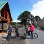 4 eBiker stehen mit ihren Rädern vor einem Hotel in der Natur von Chile