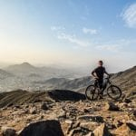 Biker mit E-Mountainbike im Umland von Lima, Peru