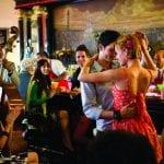 Ein Paar tanzt in einer kubanischen Bar Salsa