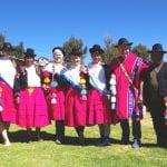 Unsere Reisegruppe zusammen mit unserer Gastfamilie in Luquina Chico in traditionelle Dorftracht gekleidet