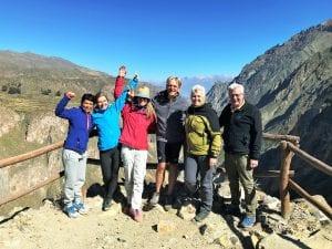 Die Wandergruppe steht auf dem Aussichtspunkt des Colca Canyons