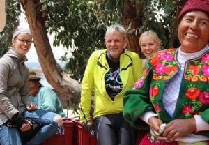 In Peru: Janna (links) und Ralf. im Gespräch mit Einheimischen.