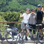 Zwischenstopp auf der Brücke während der E-Bike Tour mit den E-Bikes im Vordergrund