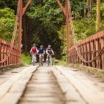 Radfahrer überqueren Brücke in Costa Rica