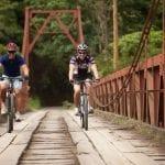 Radfahrer fahren über Brücke in Costa Rica