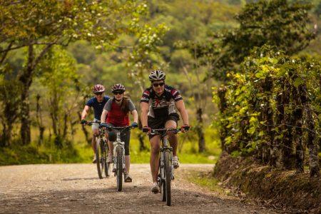 Radfahrer fahren auf Schotterstraße in Costa Rica