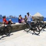 Gruppe Radfahrer an Havannas Uferpromenade