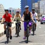 Fahrradfahrer unterwegs auf den Straßen von Havanna