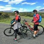 2 Biker unter wegs im Cotopaxi NP bei blauem Himmel