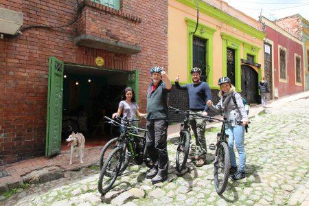 Kleingruppe ist startklar für eBike Tour in Nebenstraße von Bogota