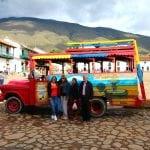 Villa de Leyva, kolumbianische Familie vor buntem Bus auf der Hauptplaza
