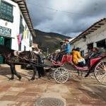 Pferdekutsche durch typisch kolumbianische Gasse, Villa de Leyva
