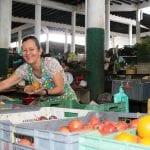 Stolz präsentiert die Obstverkäuferin ihre War auf dem Markt von honda