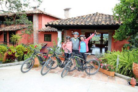 Drei Biker vor Hoteleingang von San Agustin Kolumbien