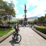 eBike Tour, Radfahrer in Quito an der Plaza