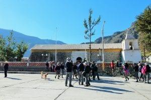 Kindergruppe auf dem Hauptplatz in Huanca