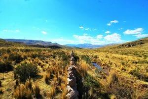 Alte MAuer geht durch die Hochlndschaft in Peru