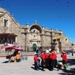Kinder in Schuluniform am Marktplatz vor der Kathedrale in Lampa