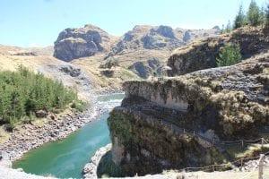Aussichtspunkt in den Tinajani-Canyon mit Flusstal