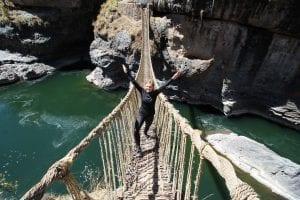 Gang über eine Hängebrücke aus Seilen über Fluss im Tinajani-Canyon