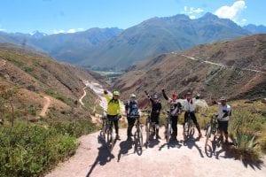 Radfahrer vor dem Flusstal des Riobamba, im Hintergrund Bergketten