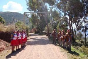 Empfang von den Einwohnern des Dorfes Misminay am Eingang des Ortes